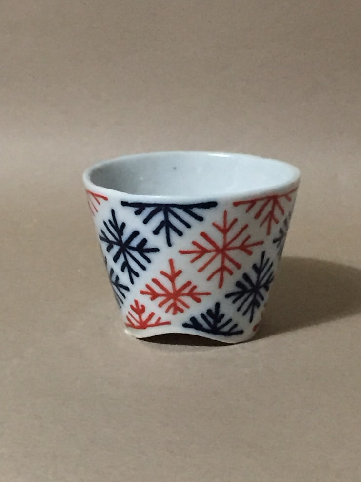 092 磁器染付酒杯: 百々堂 磁器製造所 DoDoDo Porcelain Manufactureが手掛けたダイニングルームです。