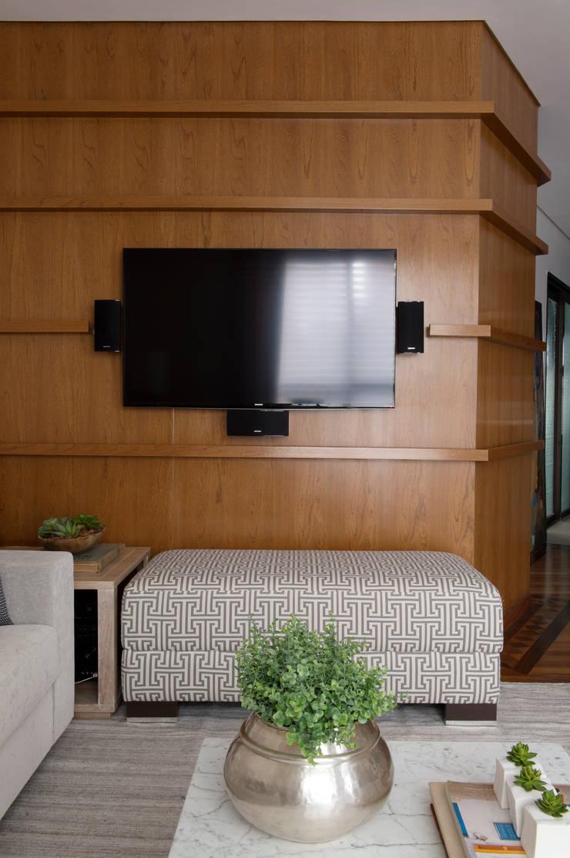 Sala de estar_ Painel da TV.:   por Lembi Arquitetura