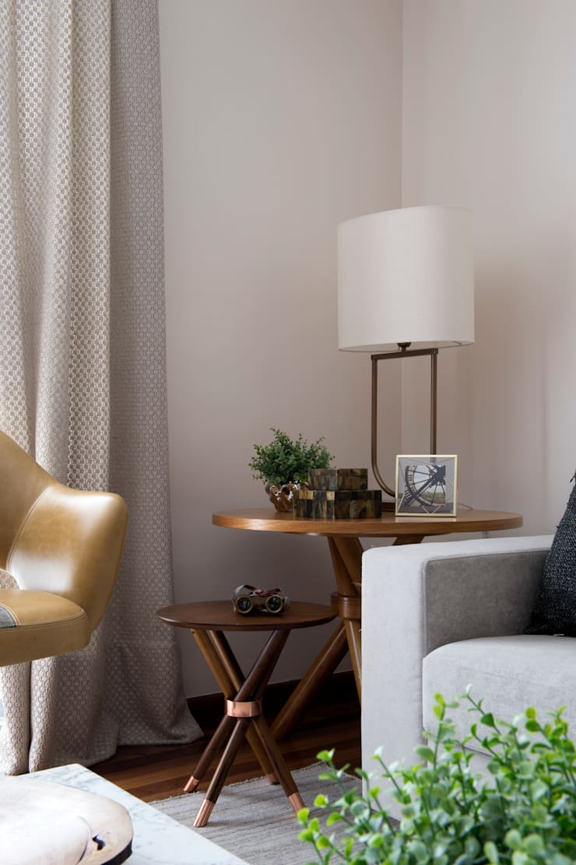Sala de estar_ mesa lateral.:   por Lembi Arquitetura