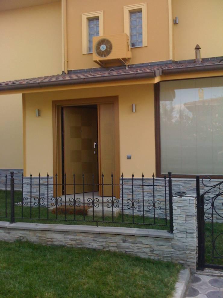 Vizyon Mimarlık ve Dekorasyon – KAPI ÖRNEKLERİ:  tarz Pencere & Kapılar,