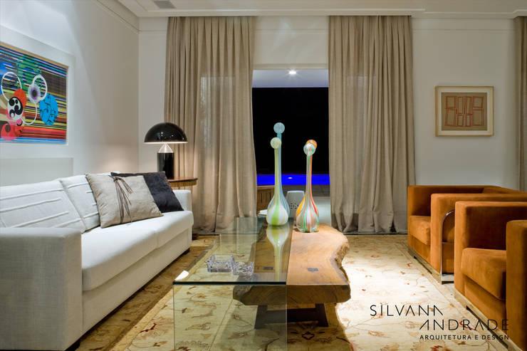 CASA DAS ARTES: Salas de estar  por silvana albuquerque arquitetura e design