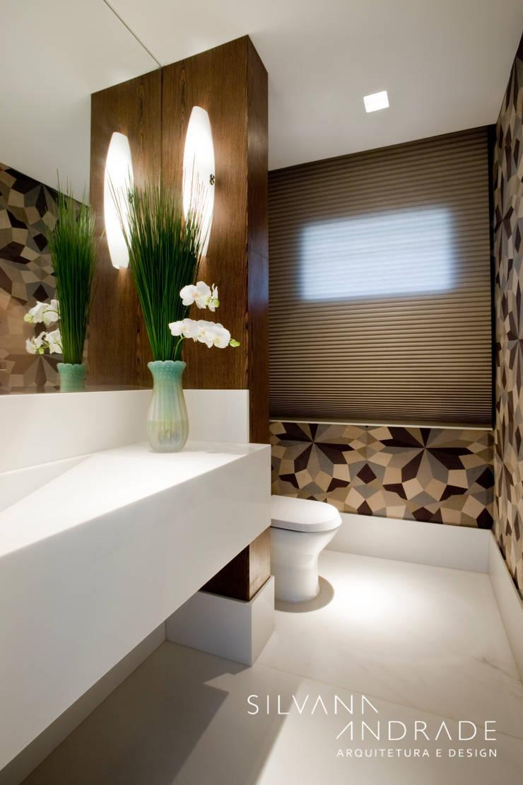 CASA DAS ARTES: Banheiros  por silvana albuquerque arquitetura e design