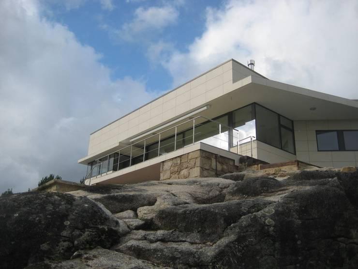 Alzado sureste: Casas de estilo  de MIGUEL VARELA DE UGARTE, ARQUITECTO