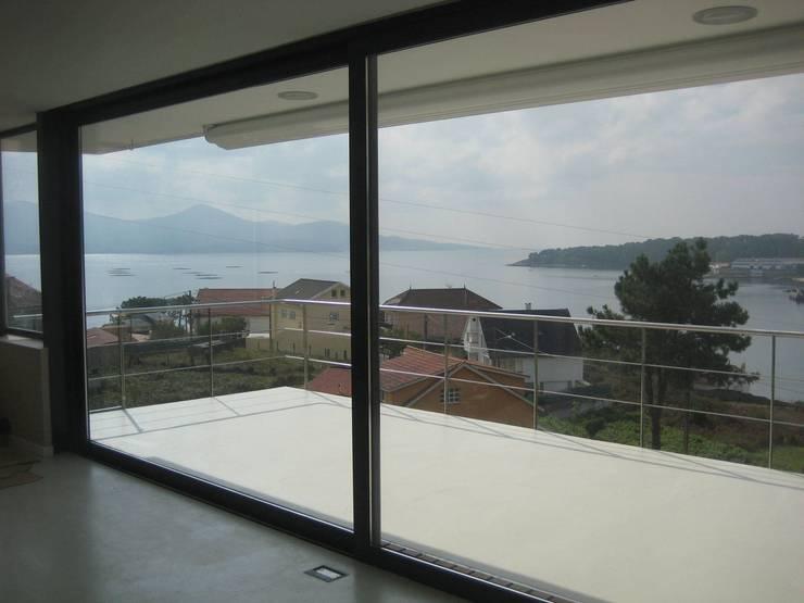 Vista de la ensenada desde la sala de estar: Salones de estilo  de MIGUEL VARELA DE UGARTE, ARQUITECTO
