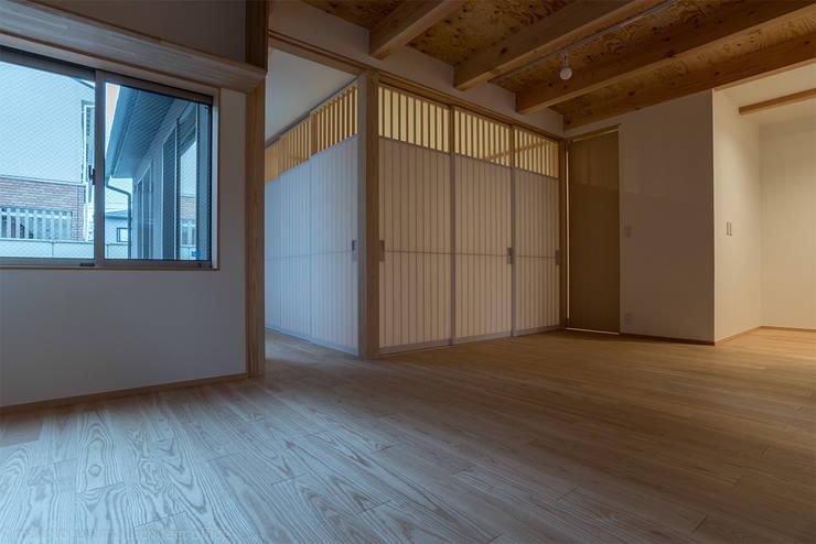 Гостиная в . Автор – 家山真建築研究室 Makoto Ieyama Architect Office, Минимализм