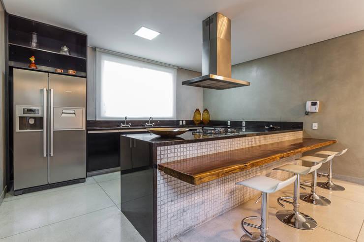 Cozinha - Casa no Bandeirantes: Cozinhas modernas por A3 Arquitetura e Interiores