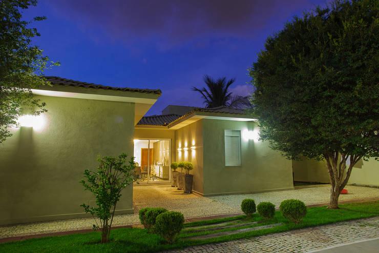 Fachada - Casa no Bandeirantes: Casas ecléticas por A3 Arquitetura e Interiores
