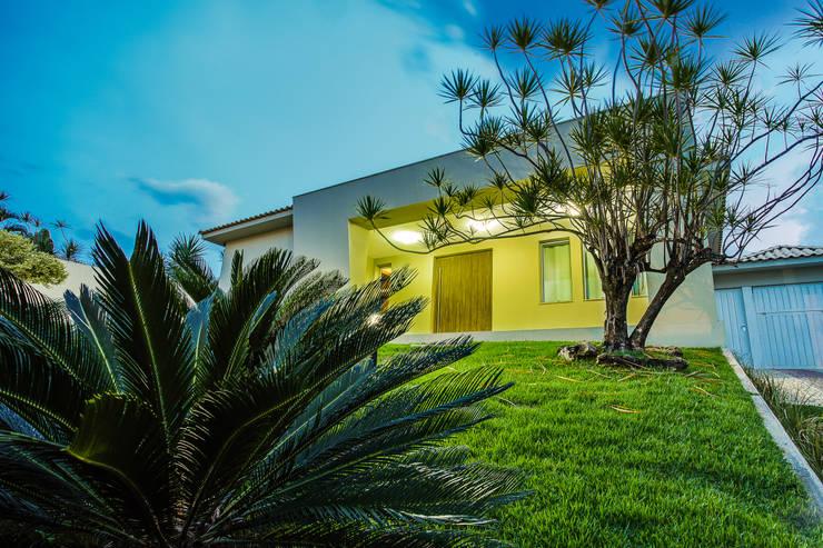Fachada - Casa no Bandeirantes: Casas  por A3 Arquitetura e Interiores,