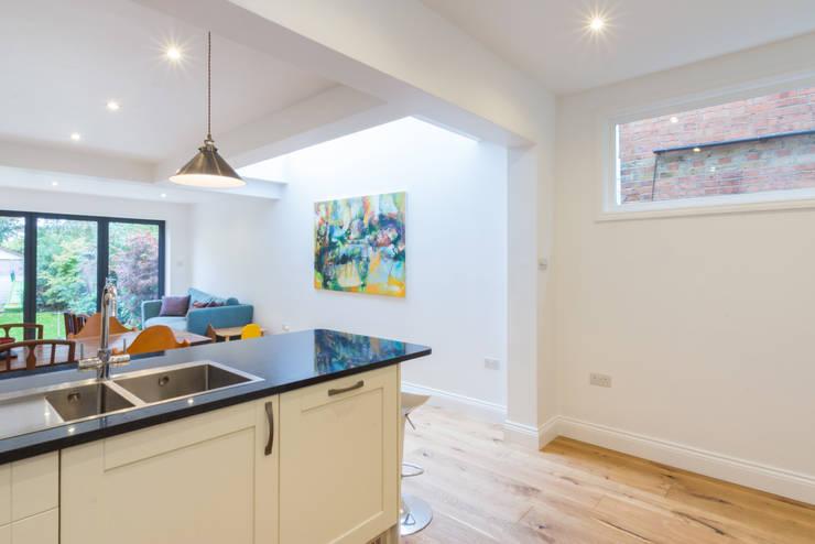 Extension in Weybridge, KT13: modern Kitchen by TOTUS