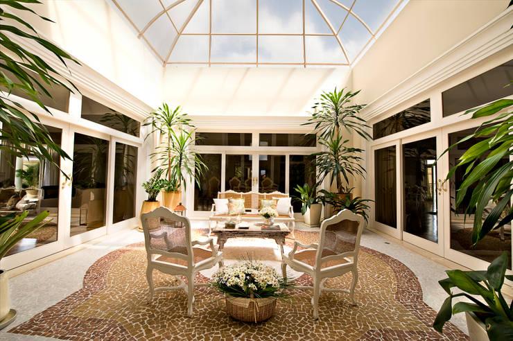 Casa do Interior de São Paulo: Jardins de inverno clássicos por Two Design