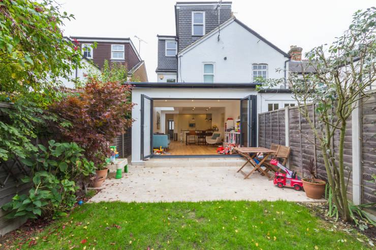 Extension in Weybridge, KT13: modern Houses by TOTUS