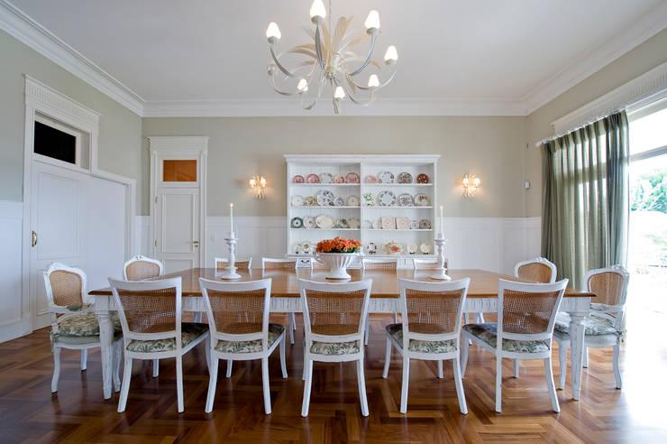 Casa do Interior de São Paulo: Salas de jantar  por Two Design