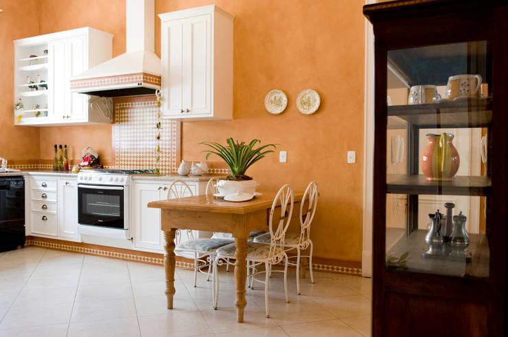 Casa do Interior de São Paulo: Cozinhas clássicas por Two Design