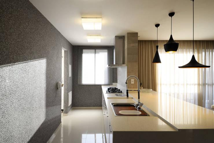 AP WG: Cozinhas  por BORA Arquitetos Associados,Moderno
