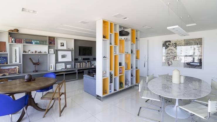 Residência T|R: Salas de estar  por VZ Arquitetas