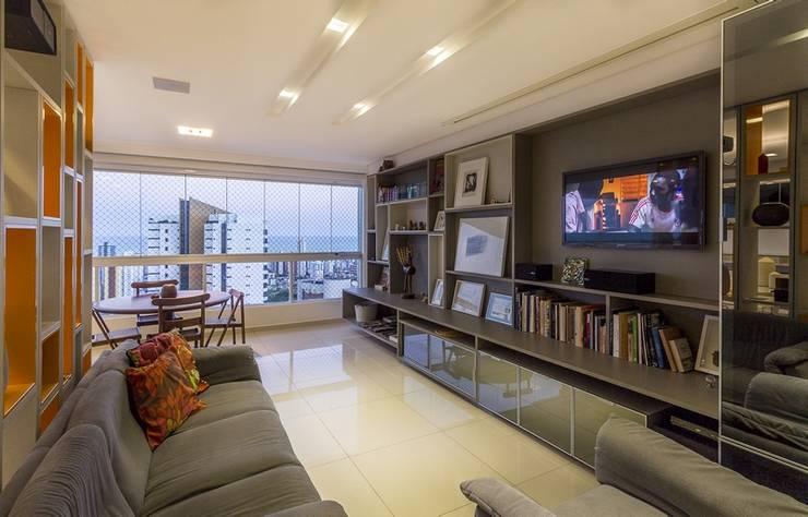Residência T|R: Salas multimídia  por VZ Arquitetas