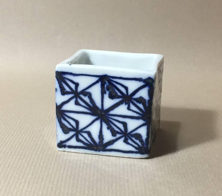 磁器染付酒杯 sakecup: 百々堂 磁器製造所 DoDoDo Porcelain Manufactureが手掛けたダイニングルームです。,