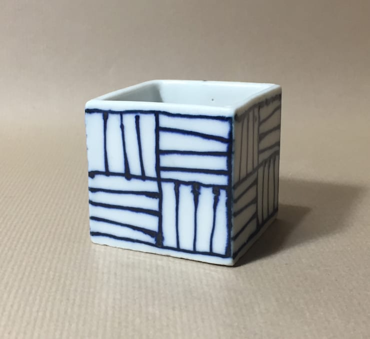 115 磁器染付酒杯 sakecup: 百々堂 磁器製造所 DoDoDo Porcelain Manufactureが手掛けたダイニングルームです。,