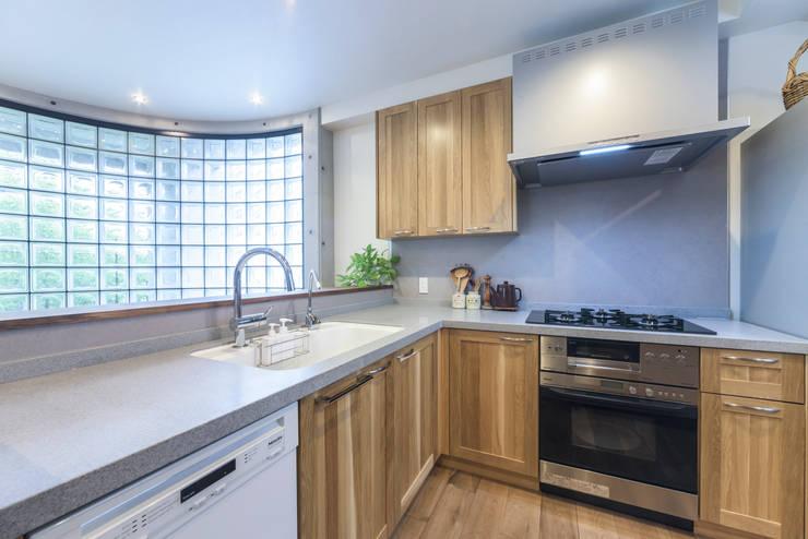 木目が美しい、オークの無垢のキッチン: 株式会社コリーナが手掛けたキッチンです。,