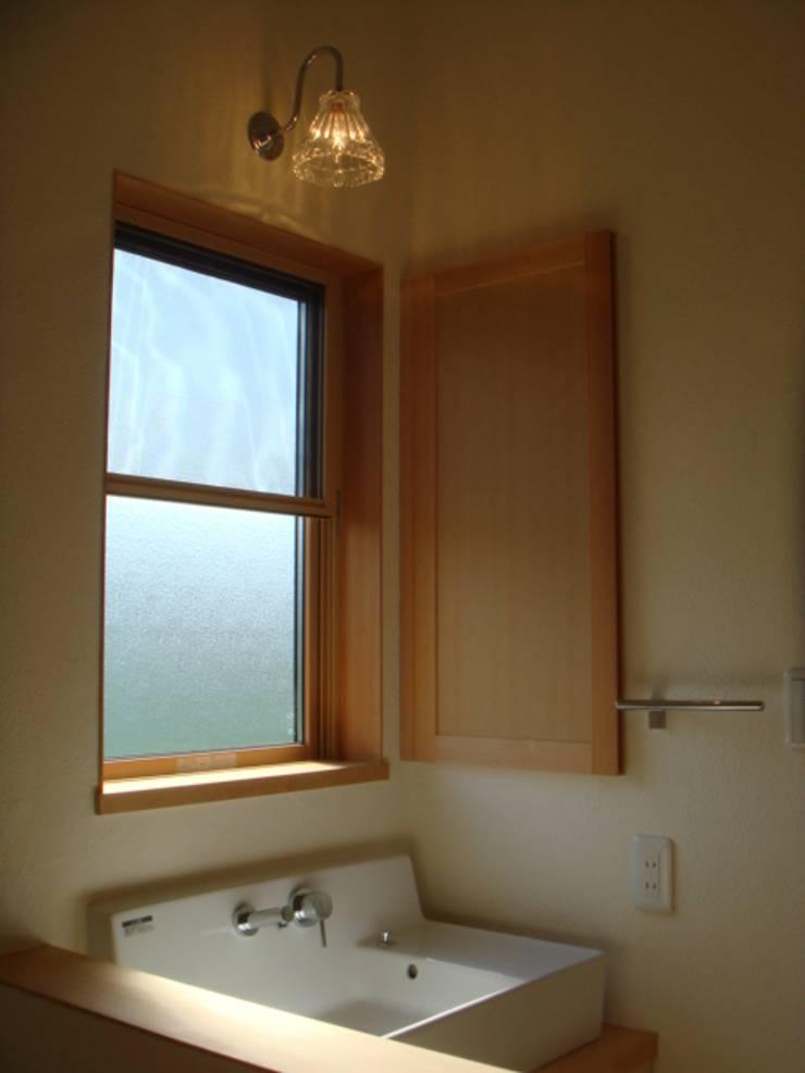 五條の家Ⅱ: 株式会社 atelier waonが手掛けた浴室です。,モダン