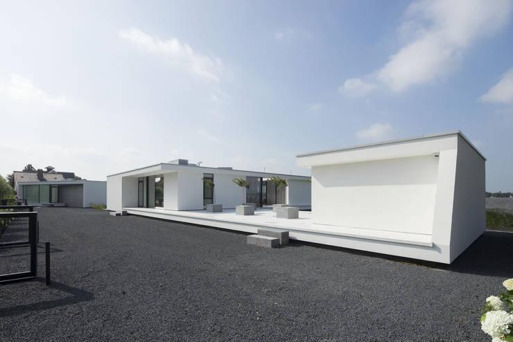 Voorgevel: moderne Garage/schuur door Lab32 architecten