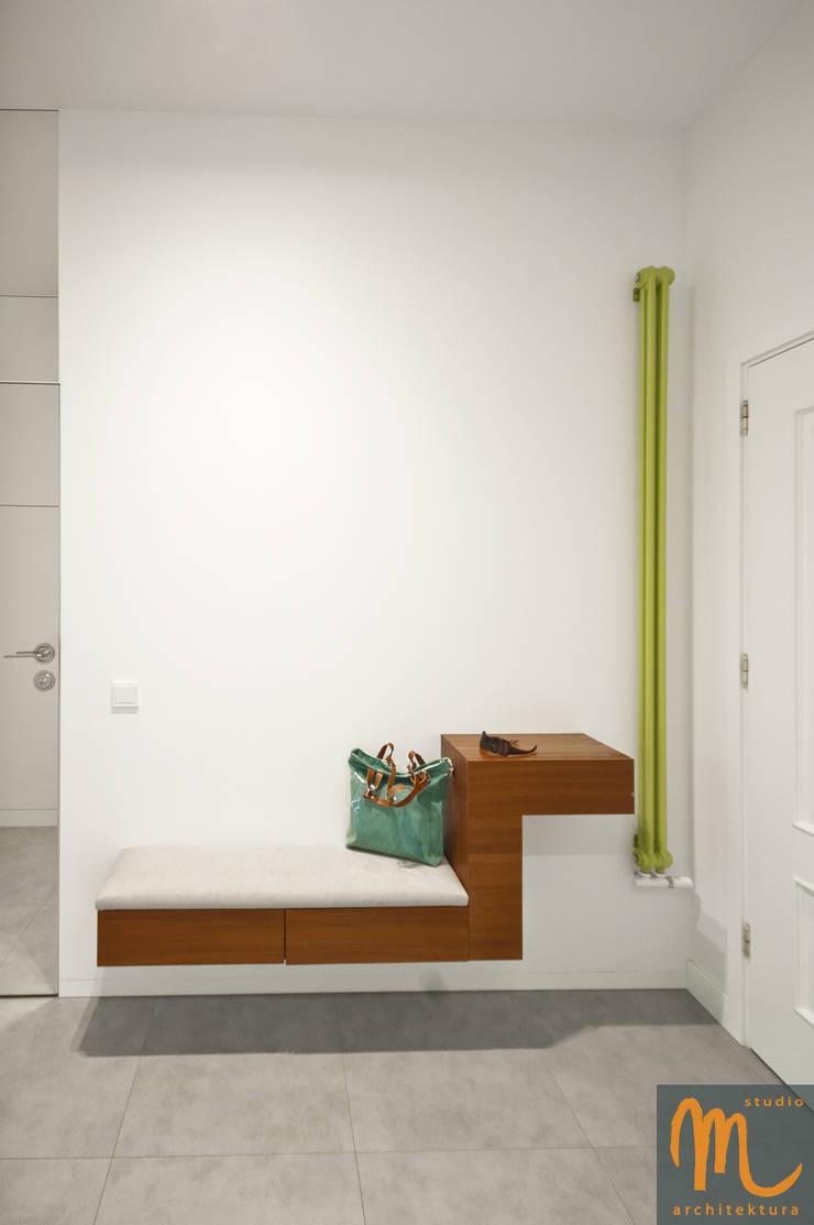 KOLOROWY NATOLIN: styl , w kategorii Korytarz, przedpokój zaprojektowany przez studio m Katarzyna Kosieradzka
