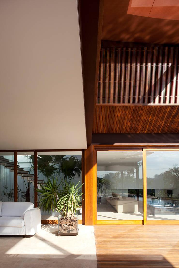 Casa Tamboré I:   por M Kalache arquitetura