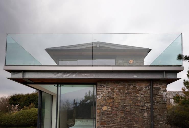 Casas modernas por Trewin Design Architects