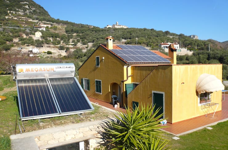 Impianto fotovoltaico e solare termico a Finale Ligure (SV):  in stile  di Studio rinnovabili