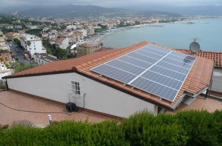 Impianto fotovoltaico a Diano Marina (IM):  in stile  di Studio rinnovabili