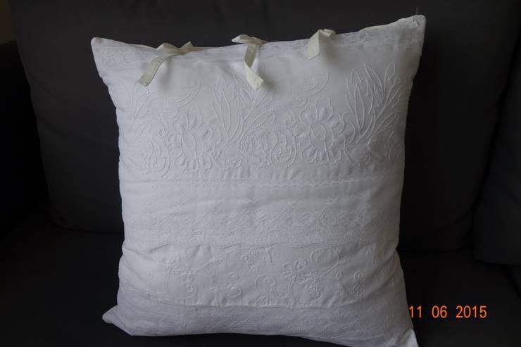 Wyjątkowo piękna biała poduszka dekoracyjna z haftem: styl , w kategorii  zaprojektowany przez Styl i Wnętrze,Śródziemnomorski