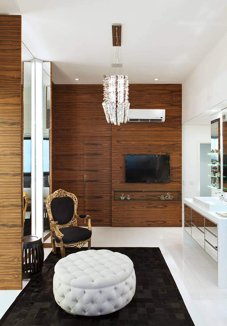 Sala de Banho AQVA: Closets  por daniela andrade arquitetura,Moderno
