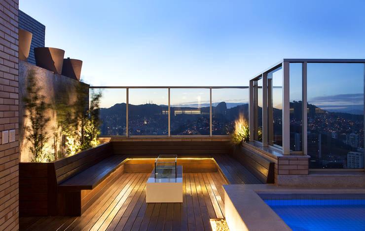 Lareira AQVA: Piscinas  por daniela andrade arquitetura,Moderno