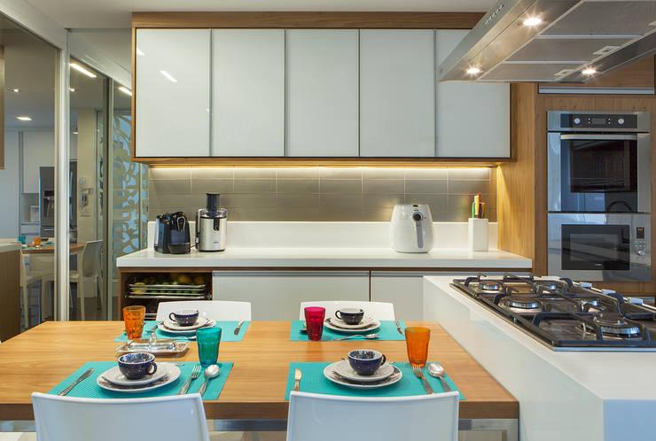 Cozinha Gourmet AQVA: Cozinhas  por daniela andrade arquitetura