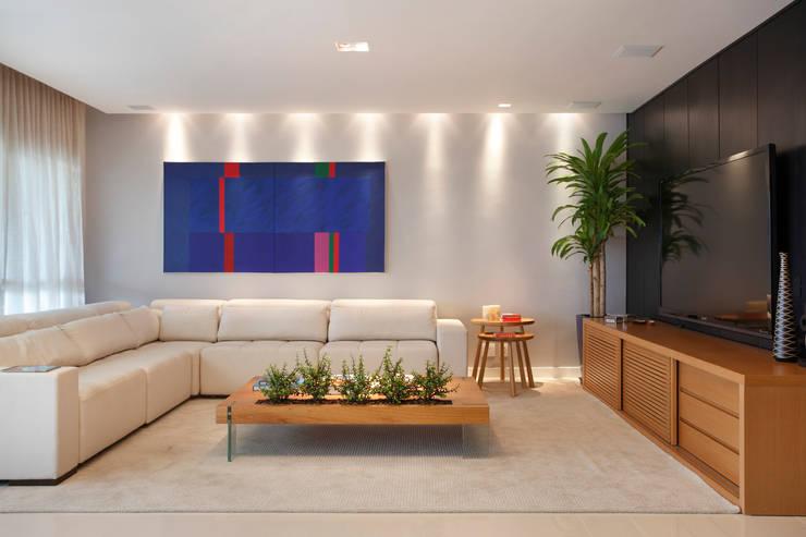 apartamento Peninsula - Barra da Tijuca: Salas multimídia  por Isabela Lavenère Arquitetura