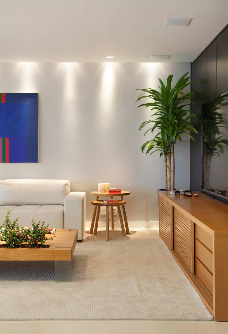 apartamento Peninsula – Barra da Tijuca: Salas multimídia  por Isabela Lavenère Arquitetura