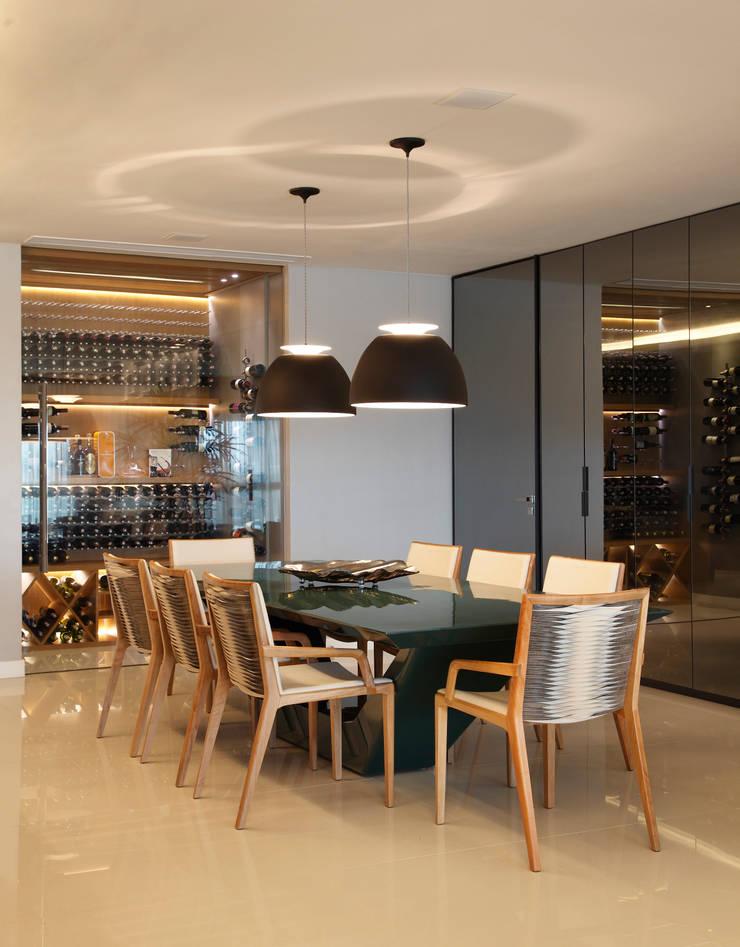 apartamento Peninsula – Barra da Tijuca: Salas de jantar  por Isabela Lavenère Arquitetura
