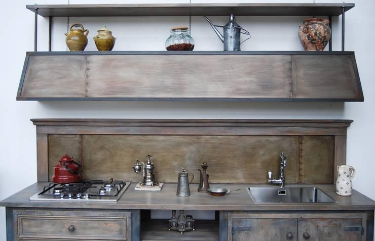 Cucina Industriale: Cucina in stile in stile Industriale di Porte del Passato