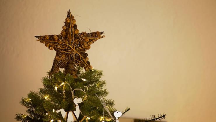 La estrella en la punta del árbol de Navidad.:  de estilo  por MARIANGEL COGHLAN