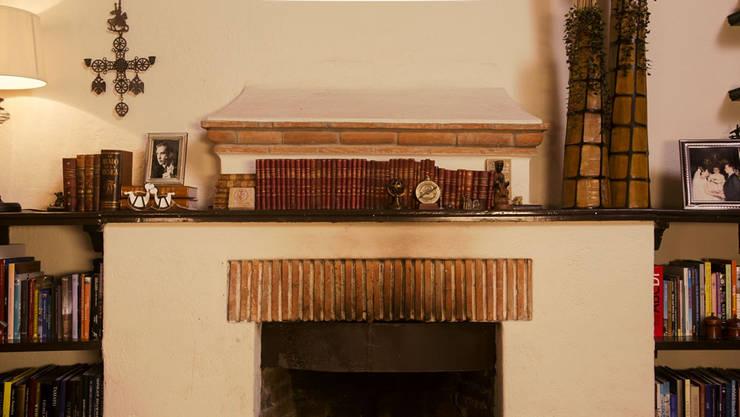 Antes de adornar la chimenea para Navidad. :  de estilo  por MARIANGEL COGHLAN
