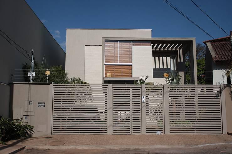 Fachada principal da Casa L: Casas  por FAGM Arquitetos