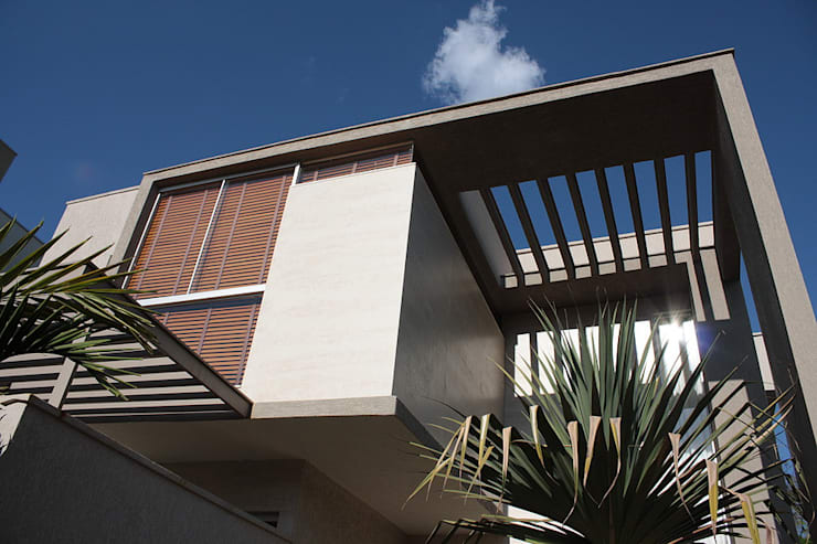 Fachada principal da Casa L: Terraços  por FAGM Arquitetos