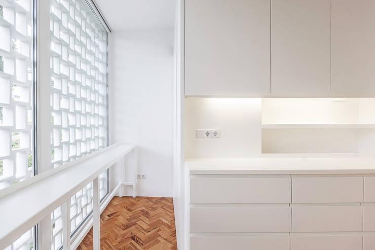 Casa das Estacas: Cozinhas  por atelier Rua - Arquitectos