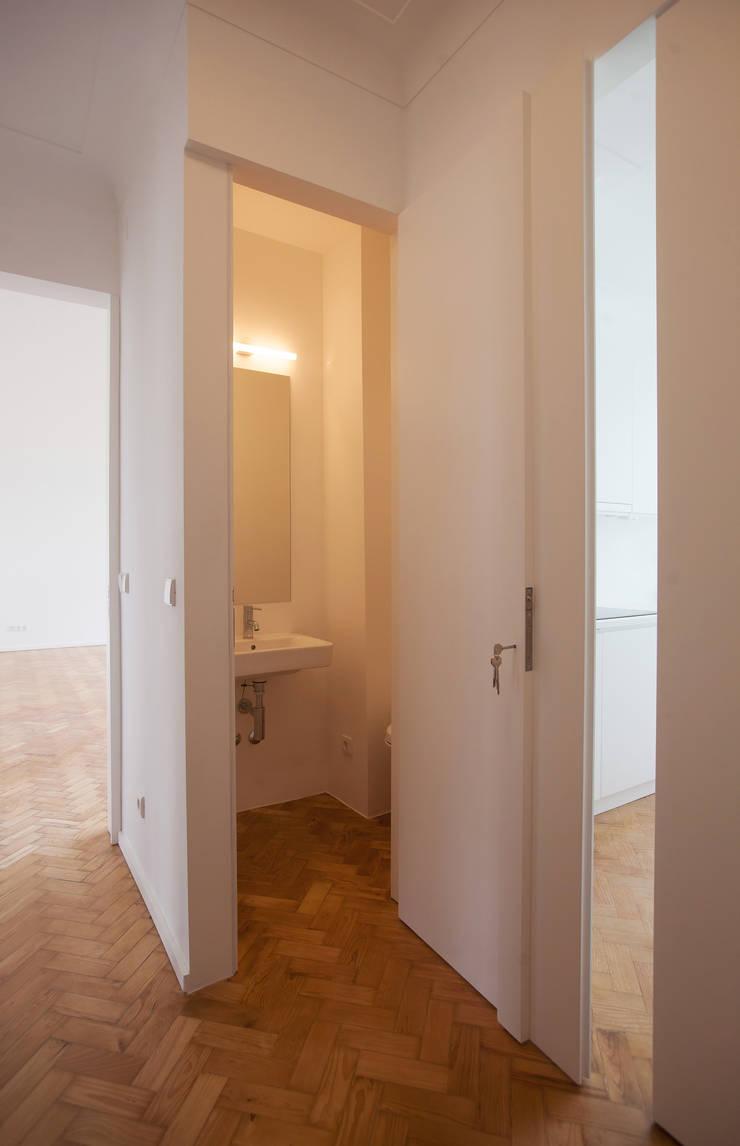 Casa das Estacas: Corredores e halls de entrada  por atelier Rua - Arquitectos