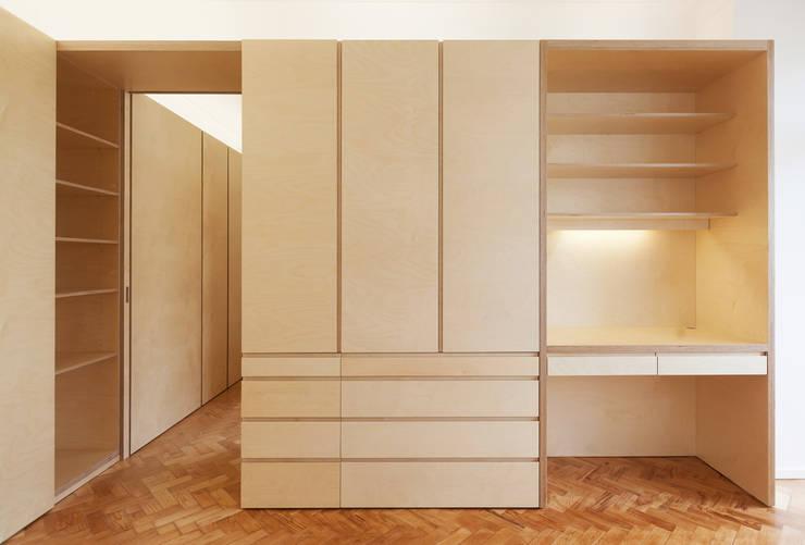 Casa das Estacas: Closets  por atelier Rua - Arquitectos