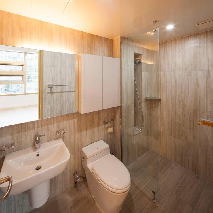 자작나무 ㄱ집 / Birch House: 수상건축의  욕실