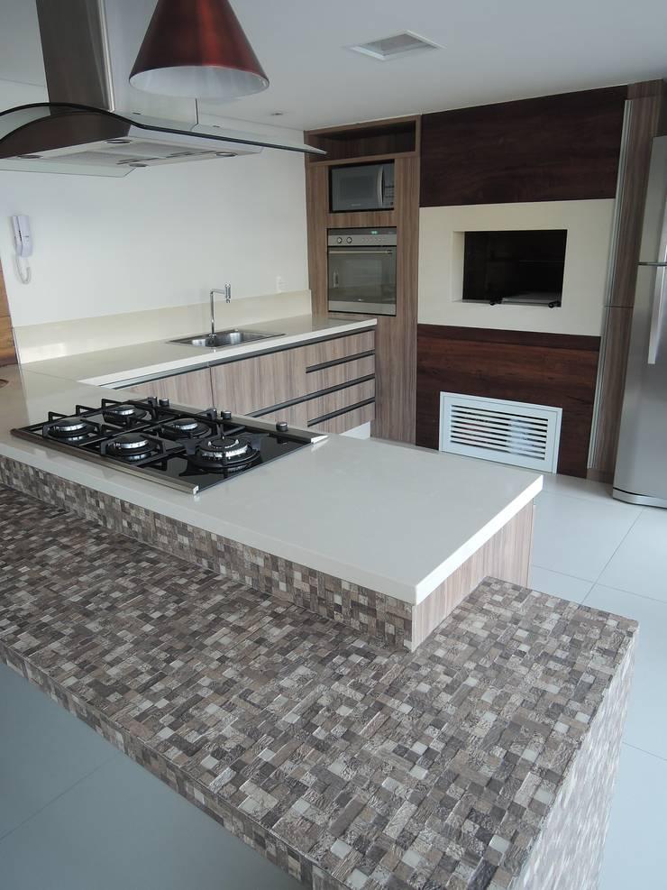 Bancada do salão de festas: Cozinhas modernas por Tatiana Junkes Arquitetura e Luminotécnica
