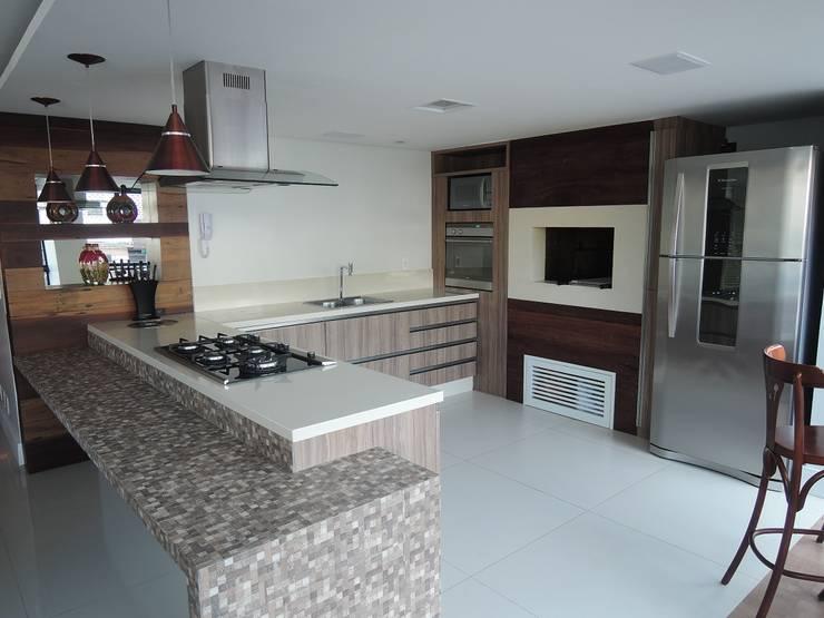 Kitchen by Tatiana Junkes Arquitetura e Luminotécnica