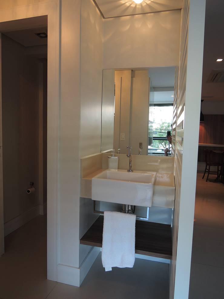 Salão de festas: Banheiros modernos por Tatiana Junkes Arquitetura e Luminotécnica