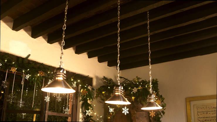 Adornando las luces en el techo.:  de estilo  por MARIANGEL COGHLAN